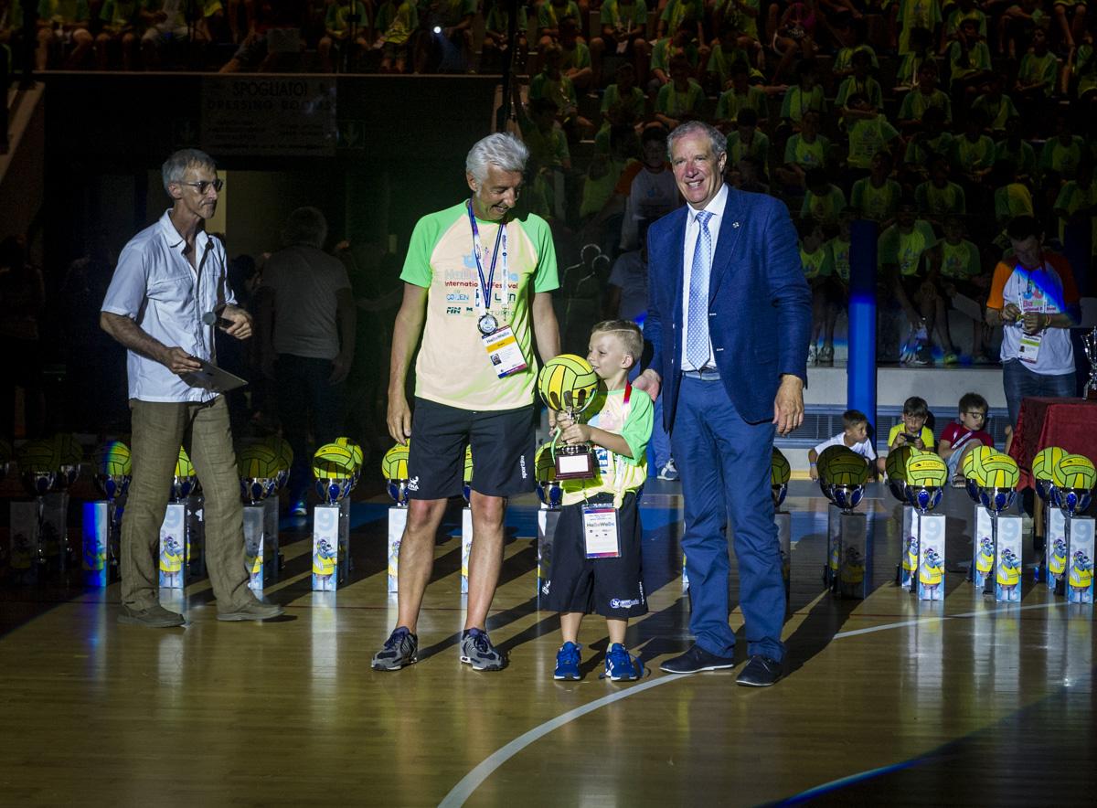 Nicolò Masiero, vincitore del Golden Baby. In alto un'immagine del Palazzetto dello Sport durante la cerimonia di chiusura (foto DeepBlueMedia).