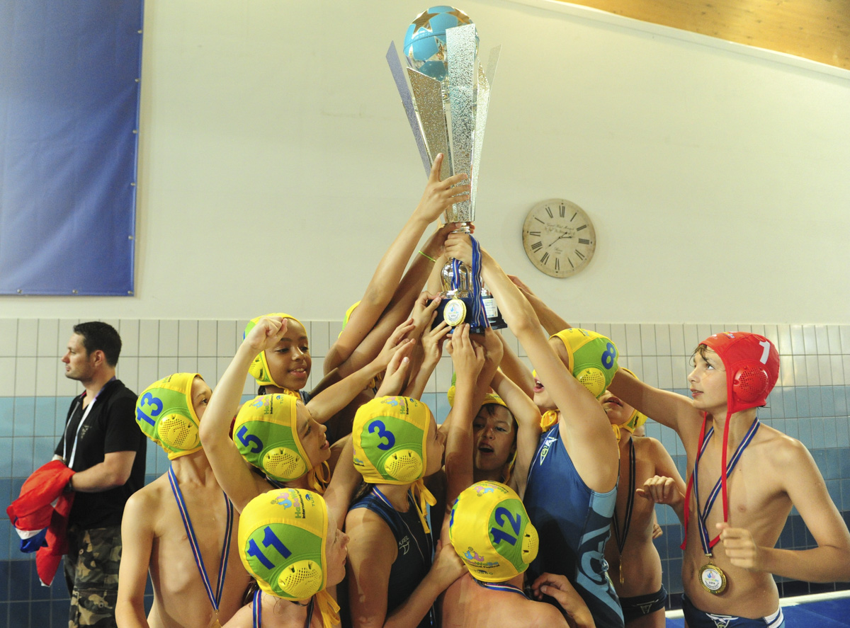 Marseille White Sharks holding the cup of HaBaWaBa U11 Champions Photo P. Mesiano/Insidefoto/Deepbluemedia.eu