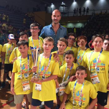 Il Carpi insieme al testimonial Stefano Tempesti durante la cerimonia di chiusura dell'International Festival